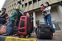 CALI - COLOMBIA, 14-04-2020: Familias enteras aguardan a ser llamadas durante la jornada de repatriación de 215 venezolanos hacía su país desde Cali en el día 22 de la cuarentena total en el territorio colombiano causada por la pandemia  del Coronavirus, COVID-19. / Whole families wait to be called during the repatriation journey of 215 Venezuelans to their country from Cali during the day 22 of total quarantine in Colombian territory caused by the Coronavirus pandemic, COVID-19. Photo: VizzorImage / Gabriel Aponte / Staff