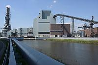Germany, Hamburg, Vattenfall coal power station Moorburg / DEUTSCHLAND, Hamburg, Vattenfall Kohlekraftwerk Moorburg, in Betriebnahme 2015, letzter Betrieb vor endgültiger Abschaltung im Juli 2021, Förderbandbrücken, Maschinenhaus und Schornsteine der Rauchgasreinigung