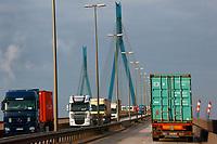 Koehlbrandbruecke : EUROPA, DEUTSCHLAND, HAMBURG 25.12.2005: Die Elbe erzeugt  Nebel. Kalte Luft aus Norden stroehmt über die Elbe im Hamburger Hafen. Das Elbwasser hat noch eine hoehere Temperatur als die heranstroehmende Luft.<br /> Die Koehlbrandbruecke verbindet im Hamburger Hafen seit dem 23. September 1974 das Gebiet zwischen Norder- und Suederelbe mit der Bundesautobahn 7 (Anschlussstelle Waltershof). Das Bauwerk überbrückt den 325 Meter breiten Elbarm Koehlbrand, durch den als Flutschutzmaßnahmen in Folge der Flut von 1962 die Suederelbe in die Norderelbe abfließt.<br /> Mit ihren Auffahrten in Waltershof und Neuhof ist die aus 88 Stahlseilen (je 10 cm dick) bestehende Schraegseilbruecken-Konstruktion 3.940 Meter lang; das Kernstück 520 m. Sie hat 75 Pfeiler und erreicht eine Hoehe von 55 Meter ueber Wasser, um für Seeschiffe auch bei Hochwasser kein Hindernis darzustellen. Die Fahrbahn hat eine Steigung von 4 %. Die Pylone, an denen die Stahlseile befestigt sind, erreichen eine Höhe von 135 Meter. Die Bruecke besteht aus 81.000 Kubikmetern Beton und aus 12.700 Tonnen Stahl. Die Bruecke zaehlt taeglich zirka 30.000 Fahrzeuge, hatte eine Bauzeit von vier Jahren und kostete 160 Millionen DM. Durch ihre Hoehe ist die vom Bauingenieur Hans Wittfoht unter Beratung des Architekten Egon Jux entworfene Koehlbrandbruecke weitraeumig sichtbar und ein Wahrzeichen der Stadt Hamburg<br />   Luftbild, Luftansicht