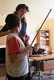 Nach den Schulstunden am Morgen, können die Kinder den Musikunterricht besuchen. / Eine der 25 Waldorfschulen Rumäniens liegt in dem fast ausschließlich von Roma bewohnten Dorf Rosia in der Mitte des Landes. Anders als in Deutschland kommen die Schüler nicht aus bürgerlichen Familien, sondern meist aus einfachen Verhältnissen.