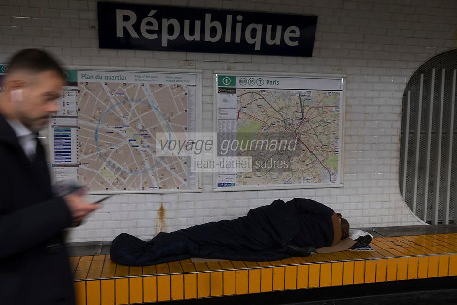 Europe/France/Paris : Plce de la République , Indifférence et solitude   Sation République  //  <br /> Europe / France / Paris: Republic Square, Indifference and loneliness Sation Republic!