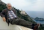 Luciano De Crescenzo fotografato nella sua casa sulla costiera amalfitana alla fine degli anni '90.<br /> <br /> Luciano De Crescenzo photographed in his house on the Amalfi coast in the late 90s.