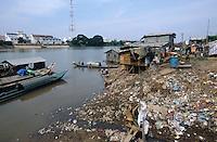 CAMBODIA city Phnom Penh, slum, sewage and garbage at Mekong river / KAMBODSCHA Phnom Penh, Slum, Abwasser und Muell am Fluss Mekong