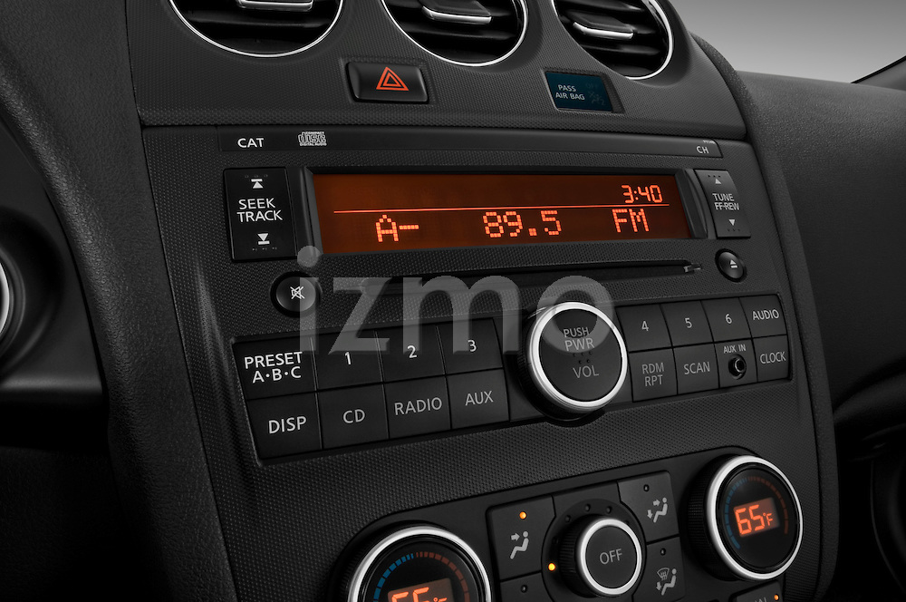Stereo audio system close up detail view of a 2009 Nissan Altima Hybrid