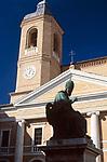 ITA, Italien, Marken, Camerino: Statue Papst Sixtus V vor Kathedrale auf der Piazza Cavour | ITA, Italy, Marche, Camerino: Statue of Pope Sixtus V,  <br /> cathedral at Piazza Cavour