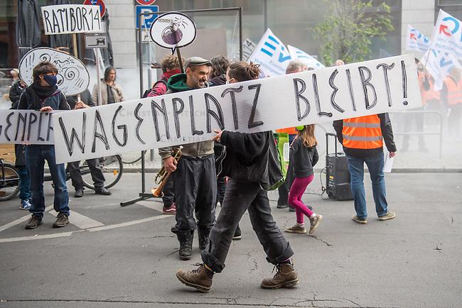 Gewerbetreibende und Bewohner des Grundstueck Ratiborstrasse 14 in Berlin-Kreuzberg protestierten am Dienstag den 19. Mai 2020 vor der Senatssitzung gegen den Plan, das Gelaende vom Bund zu kaufen und dort statt der jetzigen Mieter - ein Wagenplatz, verschiedenste Gewerbebetriebe und einem Gartenlokal - eine Modularen Unterkunft fuer Gefluechtete (MUF) mit 52 Wohnungen fuer 250 Personen und neue Gewerbemieter zu errichten. Die Gefluechteten sollen dort jedoch nur temporaer untergebracht werden und die Wohnungen dann vom neuen Besitzer, der Berlinovo, hochpreisig als Luxuswohnungen vermarktet werden.<br /> Die jetzigen Gewerbetreibenden und Bewohner fordern stattdessen eine dauerhafte Unterbringung gefluechteter Menschen und den Erhalt der Gewerbebetriebe mit Erweiterung der Gewerbeflaeche. Dafuer haben sie ueber ihren Verein Ratiborstraße 14 e.V. Konzepte erstellt.<br /> 19.5.2020, Berlin<br /> Copyright: Christian-Ditsch.de<br /> [NUR FUER REDAKTIONELLE ZWECKE! Werbung nur auf Anfrage beim Fotografen. Inhaltsveraendernde Manipulation des Fotos nur nach ausdruecklicher Genehmigung des Fotografen. Vereinbarungen ueber Abtretung von Persoenlichkeitsrechten/Model Release der abgebildeten Person/Personen liegen nicht vor. NO MODEL RELEASE! Don't publish without copyright Christian-Ditsch.de, Veroeffentlichung nur mit Fotografennennung, sowie gegen Honorar, MwSt. und Beleg. Konto: I N G - D i B a, IBAN DE58500105175400192269, BIC INGDDEFFXXX, Kontakt: post@christian-ditsch.de<br /> Bei der Bearbeitung der Dateiinformationen darf die Urheberkennzeichnung in den EXIF- und  IPTC-Daten nicht entfernt werden, diese sind in digitalen Medien nach §95c UrhG rechtlich geschuetzt. Der Urhebervermerk wird gemaess §13 UrhG verlangt.]