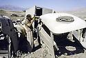 Irak 1991.Récupération de véhicules militaires détruits devant la garnison de Rowanduz.Iraq 1991.In front Rowanduz garrison, military destroyed vehicles