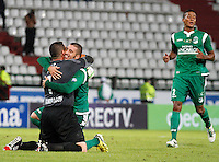 MANIZALES -COLOMBIA, 23-11-2013. Farid Mondragon (1) y Luis Calderón (Der.) del Deportivo Cali celebran la victoria de su equipo sobre Once Caldas durante partido válido por la fecha 3 de los cuadrangulares finales de la Liga Postobón II 2013 jugado en el estadio Palogrande de la ciudad de Manizales./ Deportivo Cali player Farid Mondragon (1) and Luis Calderon (R) celebrate the victory over Once Caldas during match for the 3rd date of final quadrangulars of the Postobon  League II 2013 at Palogrande stadium in Manizales city. Photo: VizzorImage/Santiago Osorio/STR