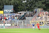 Polizei trennt die Darmstädter und Frankfurter Fans - SV Darmstadt 98 vs. Eintracht Frankfurt, Stadion am Boellenfalltor