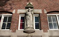 Nederland Amsterdam 2020. Oostenburgergracht. Sint Canisiuspatronaat en Sint Vincentiusschool. Gevel met beeld. Foto : ANP/ HH / Berlinda van Dam