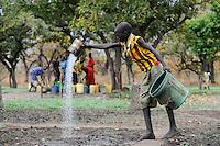 SOUTH SUDAN Rumbek, farmer irrigate vegetable fields by pouring a can in Dinka village Colocok / SUED SUDAN Rumbek , Brunnen und Bewaesserung von Gemuesefelder im Dinka Dorf Colocok