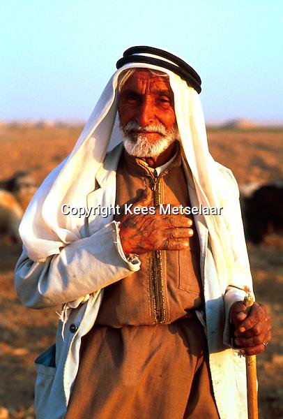 Syria, El Haseke, Sept. 1989..Old nomad in the far North East of Syria...Oude nomaad in het verre Noord-Oosten van Syrie...Photo  Kees Metselaar