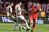 CALI - COLOMBIA, 28-11-2019: Juan Pablo Segovia del América disputa el balón con Edwin Herrera y Andres Perez de Cali durante partido por la fecha 6, cuadrangulares semifinales, de la Liga Águila II 2019 entre América de Cali e Independiente Santa Fe jugado en el estadio Pascual Guerrero de la ciudad de Cali. / Juan Pablo Segovia of America struggles the ball with Edwin Herrera and Andres Perez of Santa Fe during match for the date 6, quadrangular semifinals, as part of Aguila League II 2019 between America de Cali and Independiente Santa Fe played at Pascual Guerrero stadium in Cali. Photo: VizzorImage / Gabriel Aponte / Staff