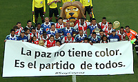 BOGOTA -COLOMBIA, 13- SEPTIEMBRE-2014. Jugadores de Independiente Santa Fe y Millonarios se unieron a la campaña Soy Capaz  intercambiando sus camisetas y que busca aportar en la cosecución de una paz , alejada de la politica ,   durante partido   de La Liga Postobón novena fecha 2014-2. Estadio  Nemesio Camacho El Campin   / Players Independiente Santa Fe and Millonarios joined the campaign I'm Able exchanging their shirts and looking bring in peace, away from politics during La Liga match Postobón ninth date 2014-2.  Nemesio Camacho El Campin  Stadium . Photo: VizzorImage / Felipe Caicedo / Staff