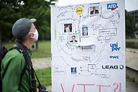 """Fridays for Future protestierte am Freitag den 26. Juni 2020 in Berlin vor dem Bundeswirtschaftsministerium gegen das Kohleausstiegsgesetz der Bundesregierung und eroeffnete eine """"Galerie des Scheiterns"""".<br /> Im Bild: Eine Schautafel, mit einem Organigram von Leugnern des Klimawandels, Stromkonzernen wie RWE und Politikern wie Bundeswirtschaftminister Peter Altmaier.<br /> 26.6.2020, Berlin<br /> Copyright: Christian-Ditsch.de<br /> NUR FUER REDAKTIONELLE ZWECKE! Werbung nur auf Anfrage beim Fotografen. [Inhaltsveraendernde Manipulation des Fotos nur nach ausdruecklicher Genehmigung des Fotografen. Vereinbarungen ueber Abtretung von Persoenlichkeitsrechten/Model Release der abgebildeten Person/Personen liegen nicht vor. NO MODEL RELEASE! Don't publish without copyright Christian-Ditsch.de, Veroeffentlichung nur mit Fotografennennung, sowie gegen Honorar, MwSt. und Beleg. Konto: I N G - D i B a, IBAN DE58500105175400192269, BIC INGDDEFFXXX, Kontakt: post@christian-ditsch.de<br /> Bei der Bearbeitung der Dateiinformationen darf die Urheberkennzeichnung in den EXIF- und  IPTC-Daten nicht entfernt werden, diese sind in digitalen Medien nach §95c UrhG rechtlich geschuetzt. Der Urhebervermerk wird gemaess §13 UrhG verlangt.]"""