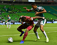 PALMIRA - COLOMBIA, 14-02-2019: Jhon Edison Mosquera del Cali disputa el balón con Carlos Renteria de Tolima durante partido por la fecha 14 de la Liga Águila I 2019 entre Deportivo Cali y Deportes Tolima jugado en el estadio Deportivo Cali de la ciudad de Palmira. / Jhon Edison Mosqueraof Cali vies for the ball with Carlos Renteriaof Tolima during match for the date 14 as a part Aguila League I 2019 between Deportivo Cali and Deportes Tolima played at Deportivo Cali stadium in Palmira city.  Photo: VizzorImage/ Nelson Rios / Cont