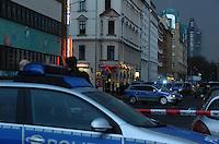 Polizeieinsatz Täubchenweg Ecke Göschenstraße am 10.04.2013 ca. gegen 18:30 Uhr - vermutlich eine Schießerei in einer Wohnung. Foto: Norman Rembarz