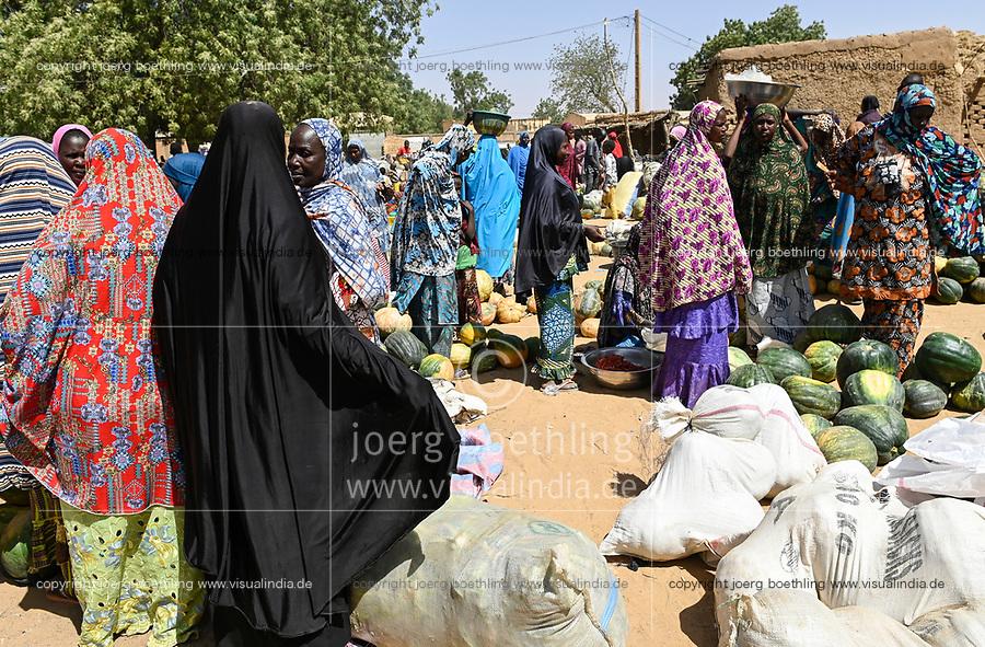 NIGER, village Namaro, women gather at market day / Dorf Namaro, Frauen aus der Region auf dem Markttag