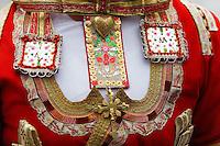 Broderie et decoration sur le plastron d'une robe folklorique de la region de Quimper