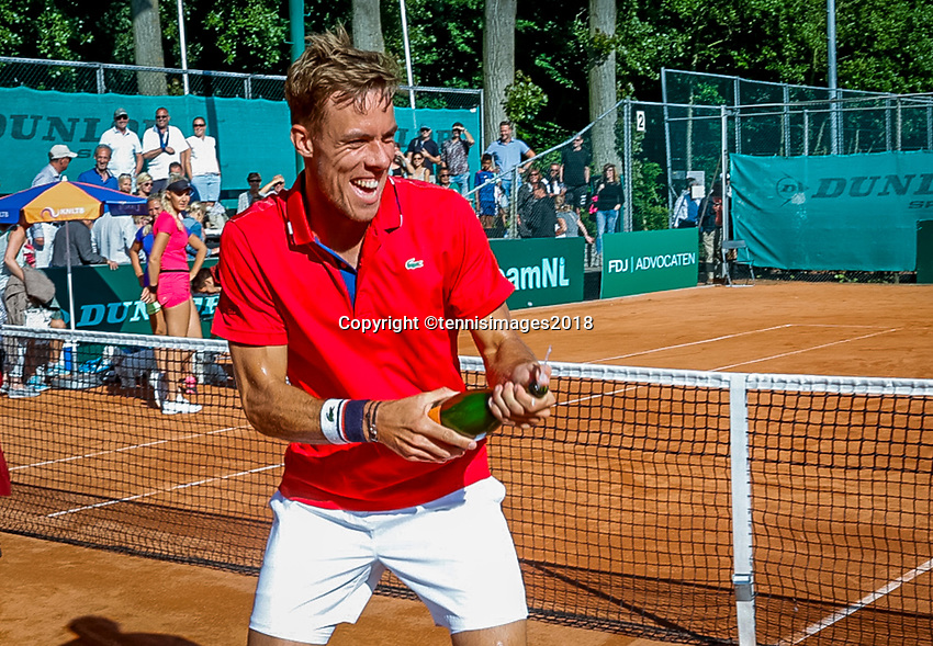 The Hague, Netherlands, 10 June, 2018, Tennis, Play-Offs Competition, Team Zandvoort celebrate Zandvoort is Champion Scott Griekspoor opens the champagne<br /> Photo: Henk Koster/tennisimages.com