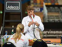 Februari 04, 2015, Apeldoorn, Omnisport, Fed Cup, Netherlands-Slovakia, Training Dutch team, Captain Paul Haarhuis fixes  a tape<br /> Photo: Tennisimages/Henk Koster
