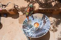 MALI Bandiagara, woman with solar cooker preparing food in village / MALI Bandiagara , Frau bereitet mit Solarkocher das Essen zu