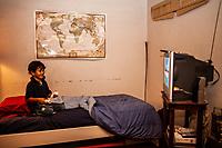 Tucson, Arizona bambino gioca lla playstation  child playing with Tv