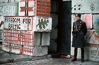 LETTLAND, 27.03.91.Riga.Waehrend des anhaltenden Kampfes um die Unabhaengigkeit ist die Stadt immer wieder marodierenden sowjetischen Sondertruppen ausgesetzt, an Schluesselpunkten stehen daher Barrikaden, hier lettische Miliz an der Barrikade zum Schutz des Parlaments in der Jekaba iela.   During the ongoing fight for independence the town is regularely raided by Soviet special forces. Key spots are therefore protected by barricades, here Latvian militia at the barricade protecting the parliament in Jekaba street..© Martin Fejer/EST&OST.