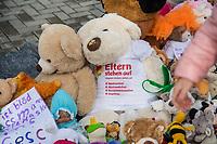 """Mit Plueschtieren als Symbol fuer eine angebliche """"pysiche und psychische Schaedigung unsere Kinder durch die Corona-Maßnahmen"""" protestierten Corona-Leugner und Impfgegner unter dem Motto """"Haende weg von unseren Kinder"""" am Montag den 19. Oktober 2020 in Berlin. Dabei wurden Schilder mit der Aufschrift """"Ihr seid Verbrecher, Finger weg von unseren Kindern"""", """"Nur die Coronaregeln machen unsere Kinder krank"""" und """"Maske ist Folter"""" gehalten. Manche der Kuscheltiere hatten eine Maske mit dem Spruch """"I can't breath"""" der antirassistischen Blick Lives Matter-Bewegung um.<br /> Im Bild: Ein Kuscheltier mit einem T-Shirt mit der Aufschrift """"Eltern stehen auf. #Maskenfrei #Abstandfrei #Desinfektionsfrei #Impffrei"""".<br /> 19.10.2020, Berlin<br /> Copyright: Christian-Ditsch.de"""