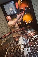 Europe/France/Poitou-Charentes/86/Vienne/Poitiers:  Benoit Labelle Chocolatier jongle avec de sfèves de cacao: Benoit-Chocolatier