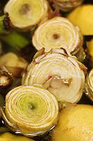 Europe/France/Provence-Alpes-Côte d'Azur/13/Bouches-du-Rhône/Env d'Arles/Le Sambuc:  Artichauts dans la cuisine du Restaurant Bio: La Chassagnette  pour préparer les Artichauts et pois gourmands en barigoule végétale,
