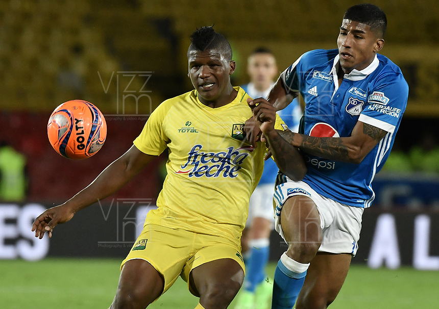 BOGOTA - COLOMBIA -04 -06-2017: Harold Santiago Mosquera (Der) jugador de Millonarios disputa el balón con Marlon Torres (Izq) jugador de Atlético Bucaramanga durante partido de vuelta partido de vuelta por los cuadrangulares finales de la Liga Aguila I 2017jugado en el estadio Nemesio Camacho El Campin de la ciudad de Bogota. / Harold Santiago Mosquera (R) player of Millonarios fights for the ball with Marlon Torres (L) player of Atletico Bucaramanga during secong leg match for the final quadrangulars of the Liga Aguila I 2017played at the Nemesio Camacho El Campin Stadium in Bogota city. Photo: VizzorImage / Gabriel Aponte / Staff.