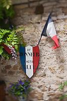 Europe/Europe/France/Midi-Pyrénées/46/Lot/Carennac: Drapeau et decoration sur une maison du village en honneur de l'élu