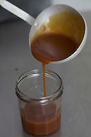 France, Morbihan (56), Saint-Armel, Biscuiterie des Vénètes , préparation du caramel au beurre salé // France, Morbihan, Saint  Armel, Biscuiterie des Vénètes ,  making Salted butter caramel