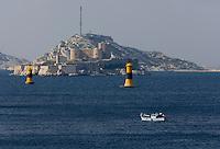 Europe/France/Provence-Alpes-Côte d'Azur/13/Bouches-du-Rhône/Marseille:Pointu  Bateau de pêche prenant la mer  devant l 'Ile  d'If