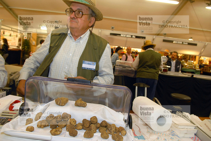 - truffle market in Alba, white truffles seller....- mercato dei tartufi ad Alba, venditore di tartufi
