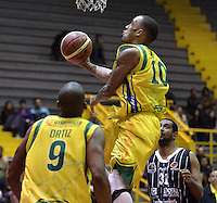 BOGOTÁ -COLOMBIA. 11-05-2013. Dorsey Darrin Ray (C) de Bambuqueros anota en contra de Piratas durante partido de la fecha 14 fase II de la  Liga DirecTV de baloncesto Profesional de Colombia realizado coliseo El Salitre de Bogotá./ Dorsey Darrin Ray (C) of Bambuqueros score against Piratas during match of the 14th date phase II of  DirecTV professional basketball League in Colombia at El Salitre coliseum in Bogota. Photo: VizzorImage / Str