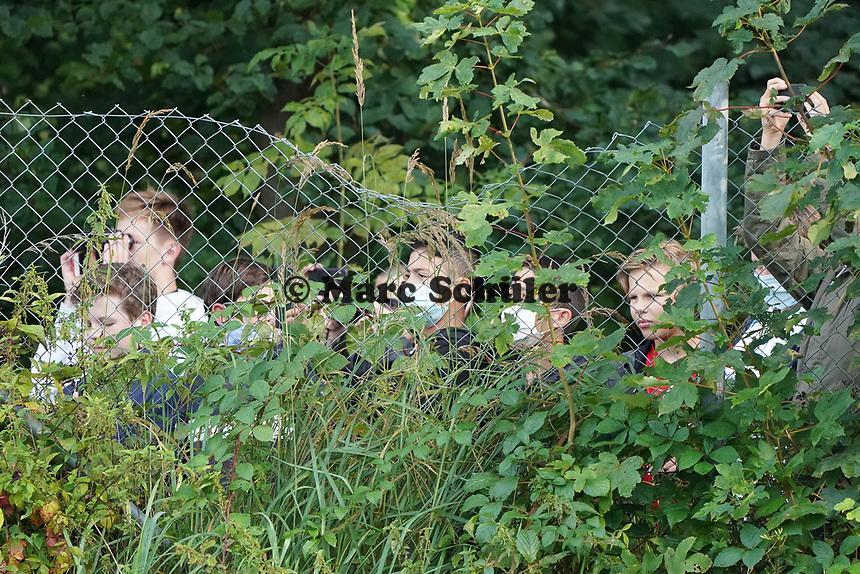 Kinder sehen hinter dem Zaun beim Training zu - 31.08.2020: Erstes Training der Deutschen Nationalmannschaft vor dem Nations League gegen Spanien, ADM Sportpark Stuttgart