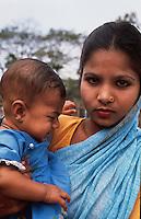 Bangladesh, Chittagong, 10 Februari 1991..Moeder en kind...Mother and child...Photo by Kees Metselaar