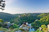 France, Indre (36) et Creuse (23), vallée de la Creuse, Saint-Jallet, lieu-dit Le Montet, vue depuis le rocher de la Fileuse sur la confluence de la Creuse et de la Sédelle avec les ruines du château de Crozant // France, Indre and Creuse, Creuse Valley, Saint Jallet, hamlet Le Montet, view since the rock of La Fileuse on the confluence of the Creuse and the Sedelle with the ruins of the castle of Crozant