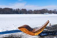 Terrasse mit Liegestuhl im Skulpturenpark am Klostersee im Winter, Kloster Lehnin, Potsdam-Mittelmark, Brandenburg, Deutschland