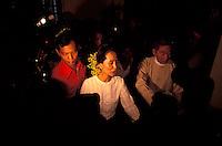 Birma/Myanmar, Rangoon/Yangon, 21 Juli 1995..Aung San Suu Kyi, Algemeen Sekretaris van de NLD oppositie partij in haar huis op weg naar een interview met de pers na haar vrijlating uit huisarrest...Burma/Myanmar, Rangoon/Yangon, July 21 1995..Aung San Suu Kyi, Secretary General of the NLD party in her house on the way to an interview with the world press a few days after her release from house arrest...Photo Kees Metselaar