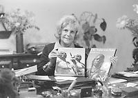 Leni Riefenstahl Leni RIEFENSTAHL *22.08.1902-08.09.2003+ Regisseurin, Fotografin, Schauspielerin RIEFENSTAHL in ihrer Wohnung| sie sitzt an ihrem Schreibtisch und haelt von ihr fotografierte Bildbaende ueber die æNubaÆ, einem sudanesischen Ureinwohnerstamm, in Haenden. - 05.11.1976<br /> <br /> - 05.11.1976<br /> <br /> Es obliegt dem Nutzer zu prüfen, ob Rechte Dritter an den Bildinhalten der beabsichtigten Nutzung des Bildmaterials entgegen stehen.<br /> <br /> Leni Riefenstahl Leni RIEFENSTAHL *22.08.1902-08.09.2003+ Film director, photographer, actress Riefenstahl at home, presenting her volume of photographs about the native 'Nuba' people in Sudan, photographed by herself -<br /> <br /> - 05.11.1976<br /> <br /> It is in the duty of the user of the image to clear prior to usage if any Third Party rights preclude the intended use.