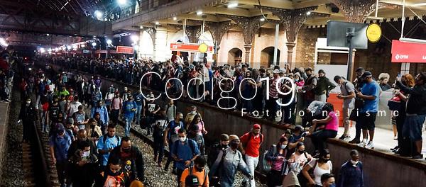 SÃO PAULO, SP, 01.09.2021: Movimentação CPTM SP - Linhas 7 e 11 da CPTM deixam de circular na noite desta terça- feira (01) ,devido a falta de energia . No destaque movimentação de passageiros nas plataformas lotadas na estação da Luz da CPTM , na região central da cidade de São Paulo
