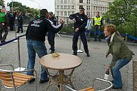 """Vor dem Landesparteitag der Berliner SPD demonstrierten Mitglieder der Gewerkschaft der Polizei (GdP) gegen ein Verbot von Pfefferspray. Sie fuehrten Szenen haeuslicher Gewalt vor, bei denen Pfefferspray eingesetzt wird.<br />Von Teilen der Berliner SPD-Jugendorganistation Jusos, gibt es Ueberlegungen, den Einsatz von Pfefferspray zu verbieten. In Berlin wird von der Polizei bei Demonstrationen z.T. in sehr großen Mengen eingesetzt, was bei Demonstranten haeufig zu schweren Verletzungen der Augen und Schleimhaeute gefuehrt hat. Auch kam nach massivem Einsatz von Pfefferspray bereits eine Person ums Leben, da sie nach Laehmung der Atemwege erstickt ist.<br />Die GdP erklaert der Einsatz dieses polizeilichen """"Einsatzmittels"""" sei ungefaehrlich und wuerde nur Reizungen verursachen, ausserdem wuerde bei den Betroffenen immer aerztliche Hilfe geleistet.<br />Am Rande der Vorfuehrung kam es zu satierischen Protesten gegen die GdP-Forderung.<br />25.5.2013, Berlin<br />Copyright: Christian-Ditsch.de<br />[Inhaltsveraendernde Manipulation des Fotos nur nach ausdruecklicher Genehmigung des Fotografen. Vereinbarungen ueber Abtretung von Persoenlichkeitsrechten/Model Release der abgebildeten Person/Personen liegen nicht vor. NO MODEL RELEASE! Don't publish without copyright Christian-Ditsch.de, Veroeffentlichung nur mit Fotografennennung, sowie gegen Honorar, MwSt. und Beleg. Konto:, I N G - D i B a, IBAN DE58500105175400192269, BIC INGDDEFFXXX, Kontakt: post@christian-ditsch.de<br />Urhebervermerk wird gemaess Paragraph 13 UHG verlangt.]"""