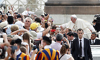 Papa Francesco carezza un bambino al suo arrivo all'udienza generale del mercoledi' in Piazza San Pietro, Citta' del Vaticano, 31 agosto 2016.<br /> Pope Francis caresses a child as he arrives for his weekly general audience in St. Peter's Square at the Vatican, 31 August 2016.<br /> UPDATE IMAGES PRESS/Isabella Bonotto<br /> <br /> STRICTLY ONLY FOR EDITORIAL USE