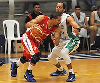 MEDELLIN -COLOMBIA-18-05-2014. Jacavo Chavez   (Der) de Academia de La Monta–a disputa el balon con Desmon Farmer de Condores de Cundinamarca. Aspecto del partido entre Academia de La Monta–a  y Condores de Cundinamarca en la semifinal de la  Liga Direct TV de baloncesto Profesional de Colombia realizado en el coliseo Ivan de Bedout en Medell'n./  Jacavo Chavez    (R) of Academia of La Monta–a dispute the ball with  Desmon Farmer of Condores of Cundinamarca. Appearance vs Academia of The Monta–a and Condores of Cundinamarca in the semifinals of the League Direct TV Colombia Professional basketball played in Ivan Bedout Coliseum in Medellin..  Photo: VizzorImage / Luis Rios / Stringer