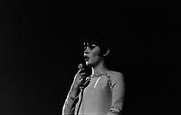 Le 4 Novembre 1966. Vue de Mireille Mathieu sur la scène du Palais des Sports. Le récital eu lieu le 5 novembre 1966.