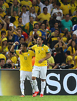 RIO DE JANEIRO, 30.06.2013 - COPA DAS CONFEDERAÇÕES - FINAL - BRASIL X ESPANHA - Neymar e Fred do Brasil durante partida contra a Espanha na final da Copa das Confederações Estádio do Maracanã, na zona norte do Rio de Janeiro, neste domingo, 30. (Foto: William Volcov / Brazil Photo Press).