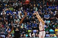 Nikolaos Zisis (Brose Baskets Bamberg) gegen Quantez Robertson (Fraport Skyliners) - 12.02.2017: Fraport Skyliners vs. Brose Baskets Bamberg, Fraport Arena Frankfurt